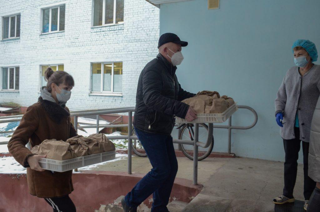 Депутаты привезли горячее питание для врачей...