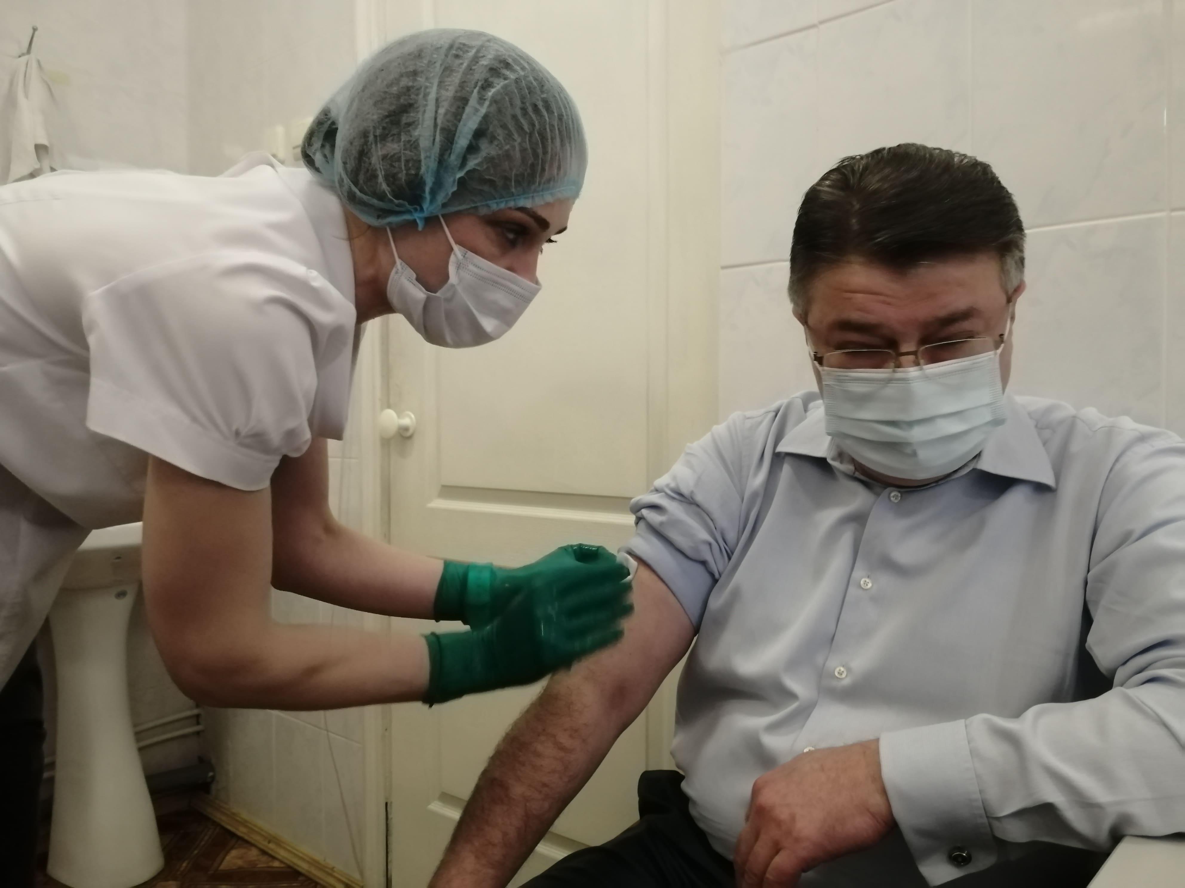 Министр здравоохранения Калужской области Алан Цкаев сделал прививку от коронавируса