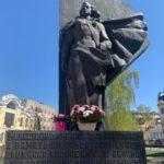 Медики Калужской областной клинической больницы возложили цветы к памятнику фронтовой медсестре